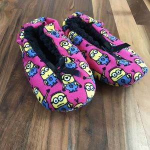 Like NEW Girls Minion Slippers fit like a 2